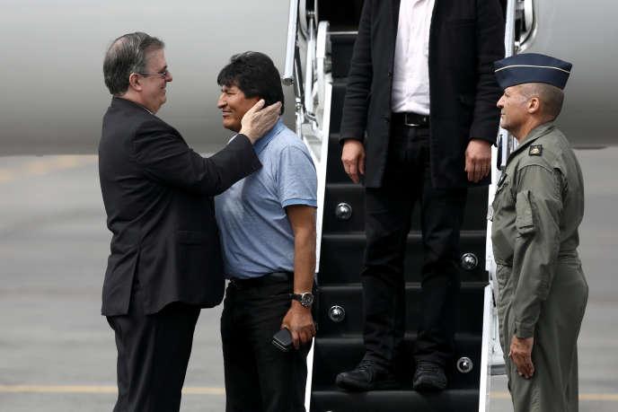 Evo Morales accueilli par le ministre des affaires étrangères mexicain, Marcelo Ebrard, lors de son arrivée à Mexico, le 12 novembre.