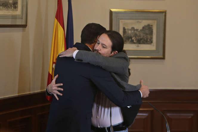 Pedro Sanchez (PSOE) et Pablo Iglesias (Podemos), après la signature d'un accord de coalition entre leurs deux partis, à Madrid, le 12 novembre.