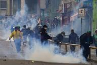 Des partisans de l'ex-président bolivien Evo Morales lors d'affrontements avec les forces de l'ordre àLa Paz, le 13 novembre.
