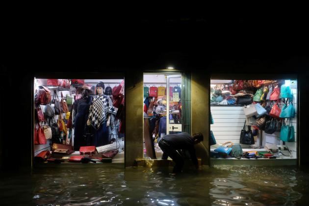 Venise est régulièrement touchée par le phénomène des « acque alte », pics de marées particulièrement prononcés qui provoquent la submersion d'une partie plus ou moins grande de la zone urbaine insulaire.