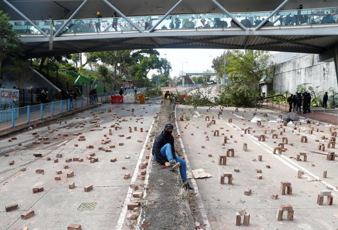 Une rue encombrée de briques près de la City University à Hongkong, le 12 novembre.