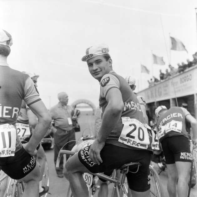 En 1960, Poulidor devient coureur professionnel dans l'équipe Mercier, dirigée par Antonin Magne.
