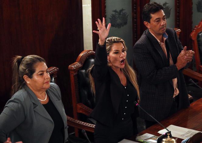 Jeanine Añez se proclame présidente par intérim devant le Congrès à LaPaz, le12novembre.