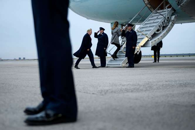 Donald et Melania Trump montent à bord de l'Air Force One à l'aéroport John F. Kennedy à New York, le 12 novembre.