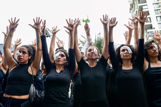 Lors de la «Marche en deuil», à Santiago, le 1er novembre, des Chiliennes vêtues de noir et portant des cicatrices oculaires, représentant les manifestants blessés par des tirs de policiers anti-émeute.
