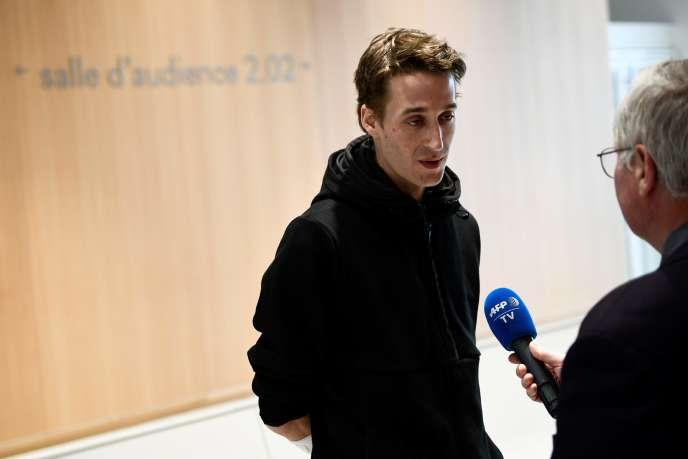 Le journaliste indépendant Gaspard Glanz s'adresse à la presse avant son audienceau tribunal de grande instance de Paris, le 29 avril 2019.