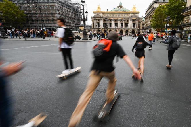 Devant l'Opéra Garnier pendant la «journée sans voiture» à Paris, le 22 septembre.