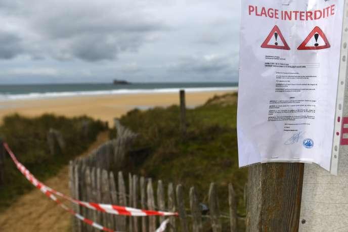 La plage de Camaret-sur-Mer (Finistère), fermée au public après la découverte de pains de cocaïne, le 13 novembre.