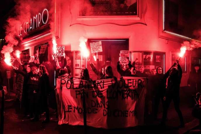 Manifestation contre le cinéaste Roman Polanski devant le cinéma Le Champo à Paris, le 12 novembre.