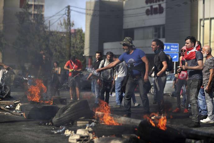 Des manifestants bloquent une route àJal El-Dib, près de Beyrouth, mercredi 13novembre.