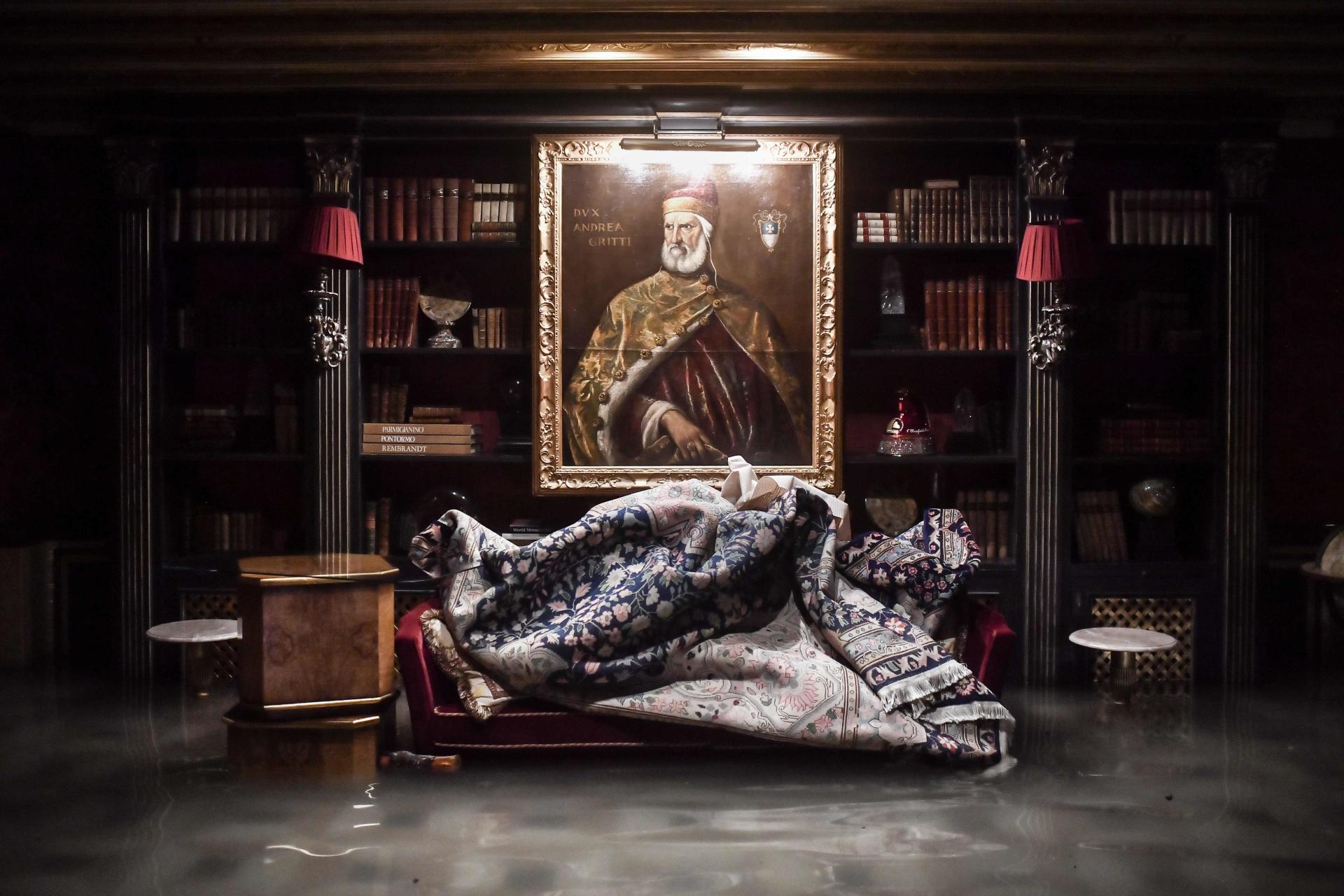 Dans le somptueux palais Gritti, où descendirent Ernest Hemingway, Elizabeth Taylor et Richard Burton, les eaux submergeaient le bar et les sofas en velours et menaçaient tapisseries et livres reliés.