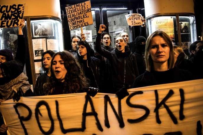 Des militantes féministes, devant le cinéma Le Champo, à Paris, le 12 novembre.