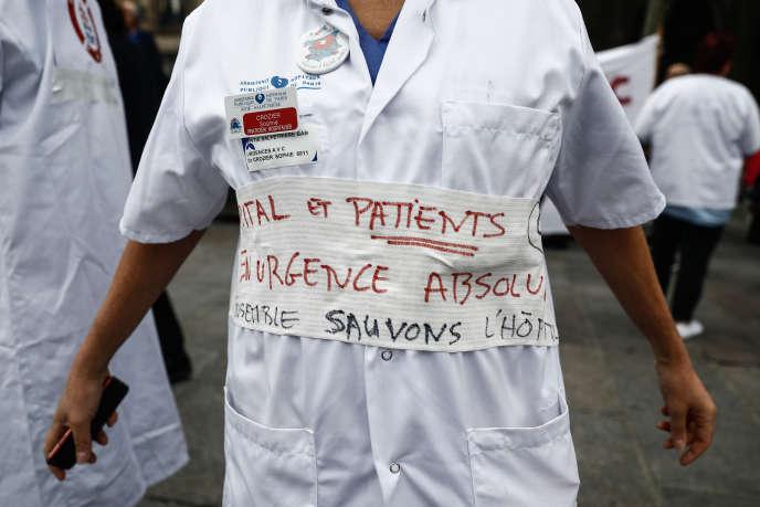 Manifestation pour protester contre les conditions de travail du personnel médical dans les hôpitaux publics, à Paris, le 26 septembre.