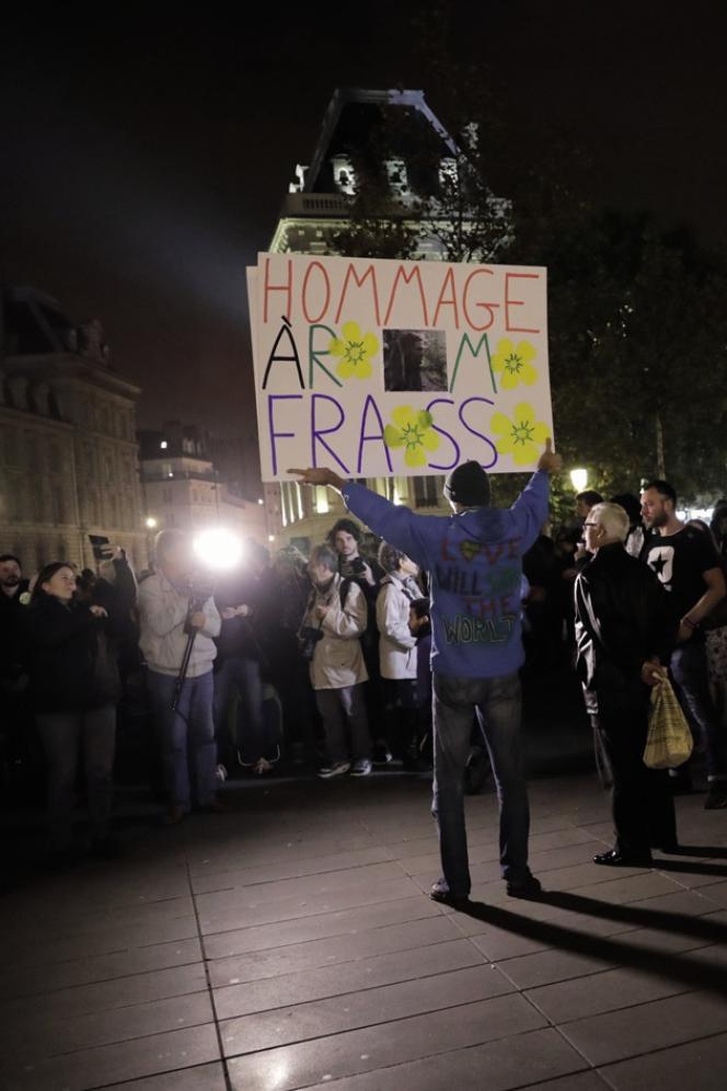 Un militant brandit une pancarte«hommage à Rémi Fraisse », sur la place de la République à Paris, le 26 octobre 2017, lors d'un rassemblement pour rendre hommage au jeune militant français de l'environnement, décédé il y a trois ans, à la suite d'affrontements avec les forces de sécurité sur le site du barrage de Sivens.