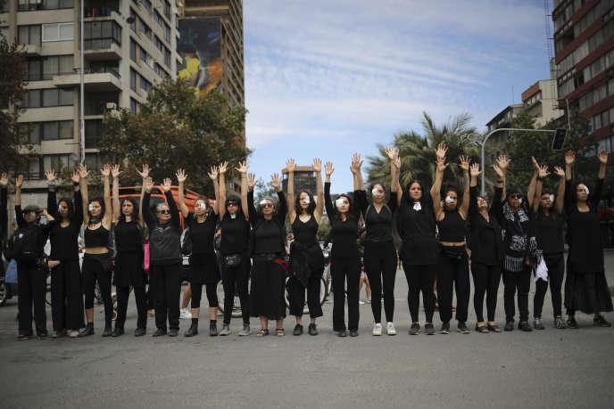 Desfemmes vêtues de noir manifestent contre le gouvernement, à Santiago du Chili, le 1er novembre, en mémoire de celles qui ont été tuées, torturées et violées.