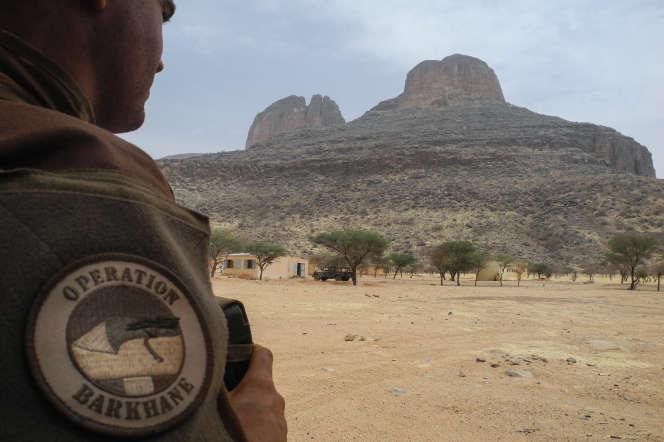 Soldat de l'opération « Barkhane» dans la région de Gourma, au Mali, le 27 mars 2019, devant les monts Hombori.
