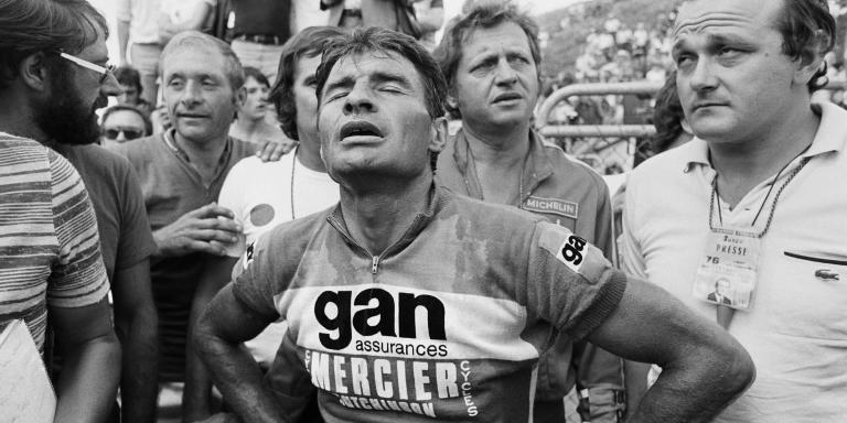 (FILES) In this file photo taken on July 16, 1976 French Bicycle racer Raymond Poulidor looks exhausted as he arrives third at the 20th stage of the Tour de France, Tulle - Puy de Dôme, flanked by sports reporter Jean-Marie Leblanc. French cyclist Raymond Poulidor died on November 13, 2019, at the age of 83, his family announced.  / AFP / -