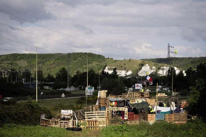 L'installation des« gilets jaunes» de Saint-Etienne-du-Rouvray (Seine-Maritime), en amont du rond-point des Vaches, le 5 mai.