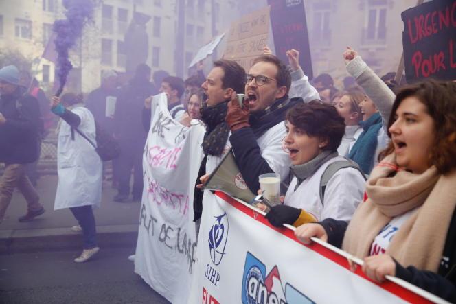 «Les médecins se plaignent de la faiblesse de leur pouvoir de décision dans l'organisation même de leur métier» (mobilisation nationale des personnels soignants pour la défense de l'hôpital public, à Paris, le 14novembre).