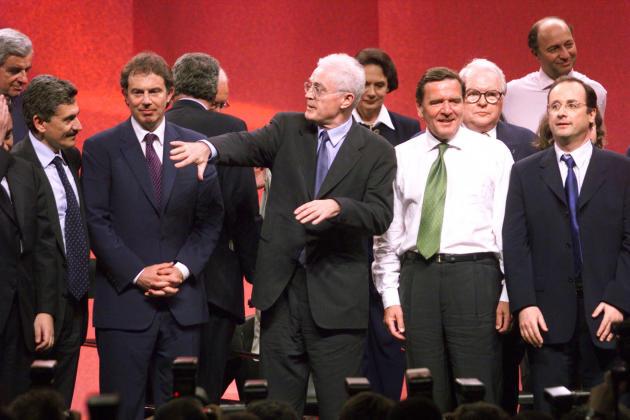Les principaux leaders et chefs de gouvernement socialistes européens, réunis autour de Lionel Jospin, en mai 1999, à Paris.