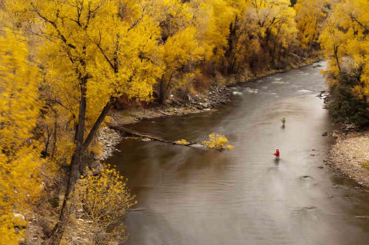 «Après une décennie passée à documenter des expéditions sur des terrains lointains, tels que l'Everest et l'Antarctique, Peter McBride a décidé de focaliser ses objectifs plus près de chez lui, sur un sujet qui lui tenait à cœur: le fleuve qui passe tout près de son arrière-cour, le Colorado.»