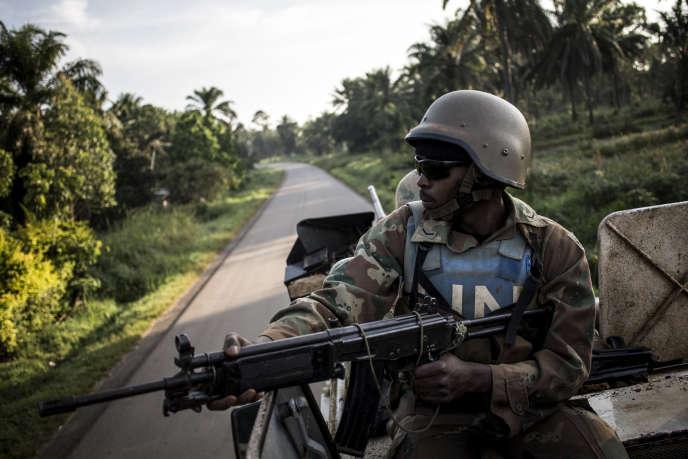 Soldat de la Mission de l'ONUpour la RDC (Monusco) patrouilleà Oicha, dans la province du Nord-Kivu, après des attaques de la milice d'origine ougandaise ADF, le 8octobre 2018.