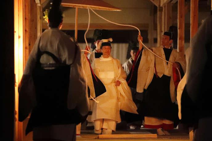 L'empereur du Japon, Naruhito, lors de son Daijosai, la cérémonie religieuse suivant son intronisation, le 14 novembre, au palais impérial, à Tokyo.