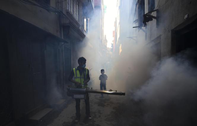 Un homme pulvérise un produit contre les larves de moustiques qui prolifèrent en raison du réchauffement climatique et qui propagent la dengue,le 5 septembre 2019 à Katmandou au Népal.