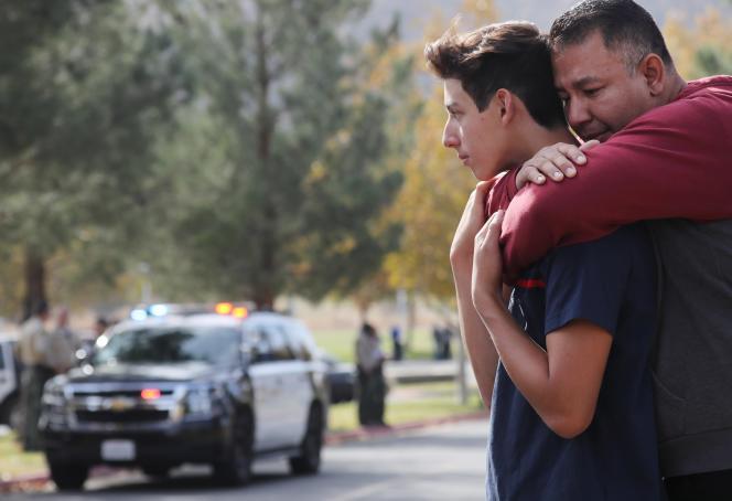 Sur les lieux de la fusillade dans un lycée de Santa Clarita, près de Los Angeles, en Californie, le 14 novembre.