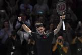 Le Suisse Roger Federer savoure sa victoire face à Novak Djokovic, le 14 novembre à Londres.