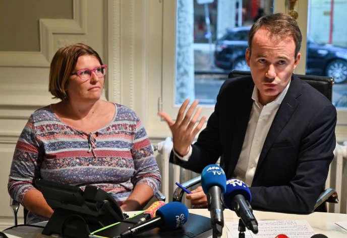 Axelle Laissy, mère d'un enfant né avec une malformation au bras droit dans l'Ain, et son avocat, Fabien Rajon, lors d'une conférence de presse, à Lyon le 19 août 2019.