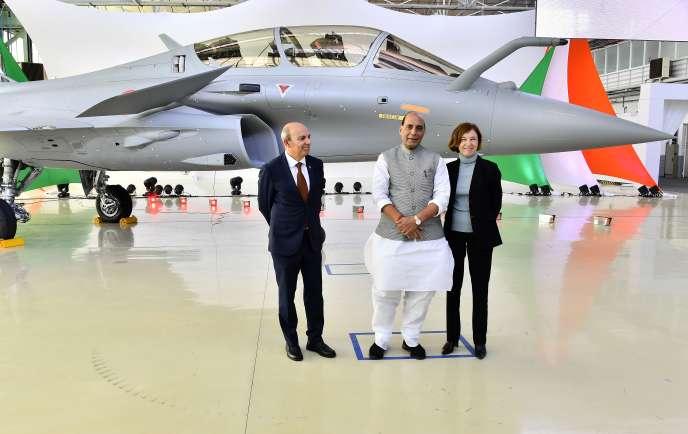 Le ministre indien de la défense, Rajnath Singh (au centre) est entouré de son, homologue française, Florence Parly, et du PDG de Dassaut Aviation, Eric Trappier, à l'occasion de la livraison du premier des 36 Rafale vendus à l'Inde, le 8 octobre, à Mérignac (Gironde).