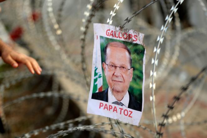 Une photographie du président libanais Michel Aoun épinglée sur des barbelés, sur la route qui mène au palais présidentiel, à Baabda, sur les hauteurs de Beyrouth, le 13 novembre.