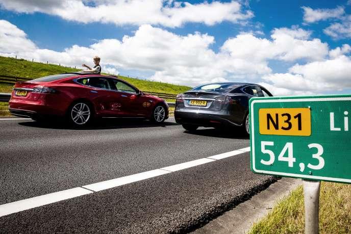 Lors d'un défilé de véhicules peu polluants sur l'autoroute N31 près de Leeuwarden aux Pays-Bas, en juillet 2018.