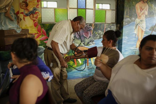 Un médecin prend la tension d'une manifestante réclamant la libération de prisonniers politiques, à la cathédrale de Managua, le 14 novembre.