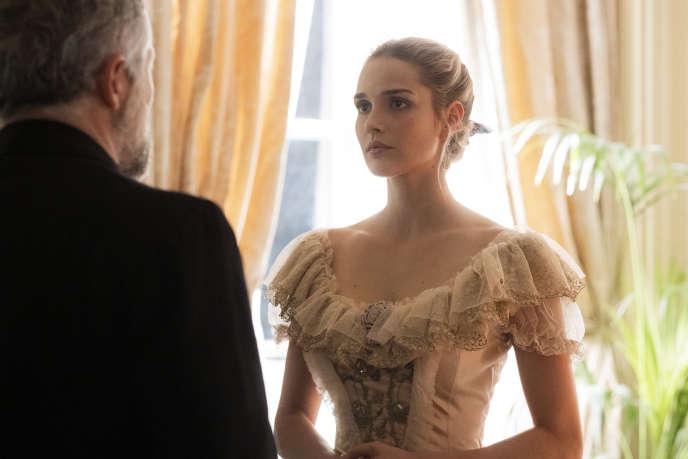 La jeune Alice de Jeansin est interpétrée par Camille Lou dans la série« Le bazar de la charité».