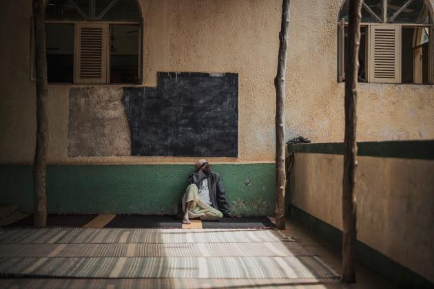 Un homme se repose avant les prières du vendredi, le 23 août à la mosquéeOmar Ibn Khatuab, à Pemba, Mozambique.