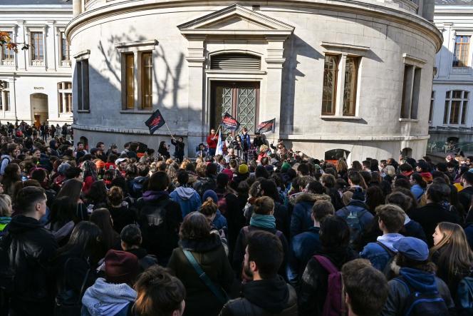 Manifestation d'étudiants, à l'appel de Solidaires étudiant-e-s, sur le campus de Lyon-II, le 12 novembre.