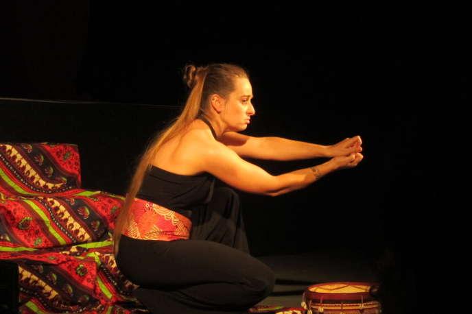 La conteuse, chanteuse et danseuse Céline Ripoll raconte avec passion les légendes venues des îles du Pacifique.