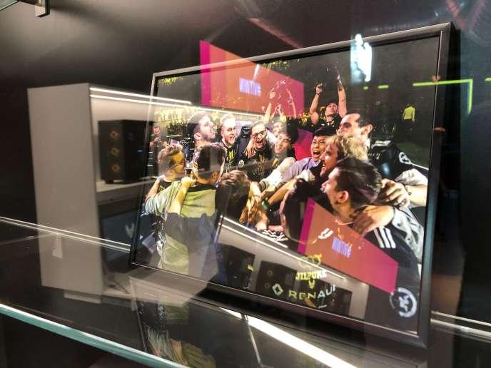 Un cadre rappelant l'une des nombreuses victoires de Vitality, derrière l'une des vitrines de V.Hive, le complexe-vitrine ouvert par le club français le 13 novembre.