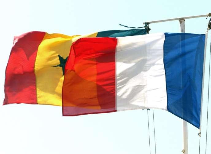 Les drapeaux français et sénégalais.