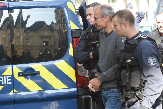 Le militant italien Vincenzo Vecchi escorté par des gendarmesau palais de justice de Rennes, le 14 août 2019.