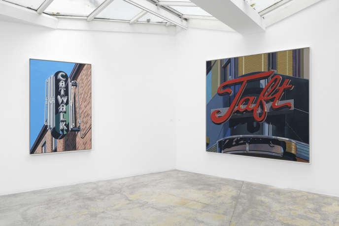 A gauche, «Catwalk» (2019), à droite, «Taft» (1991), de Robert Cottingham.