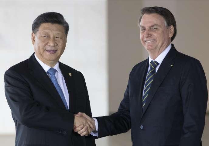 Le président du Brésil, Jair Bolsonaro (à droite), et son homologue chinois, Xi Jinping, avant l'ouverture du 11e sommet des Brics, à Brasilia, le 14 novembre.