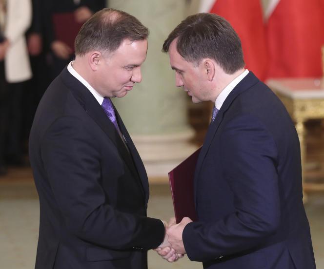 Le ministre de la justice polonais, Zbigniew Ziobro, et le président Andrzej Duda, le 15 novembre à Varsovie.