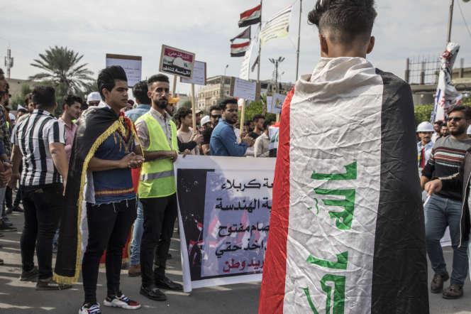 Des manifestants, en grande majorité des étudiants, protestent contre le gouvernement sur la place de l'Education, à Kerbala, le 13 novembre.