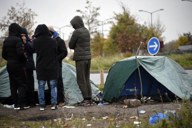 Des migrants devant leurs abris de fortune à Calais, le 15 novembre.