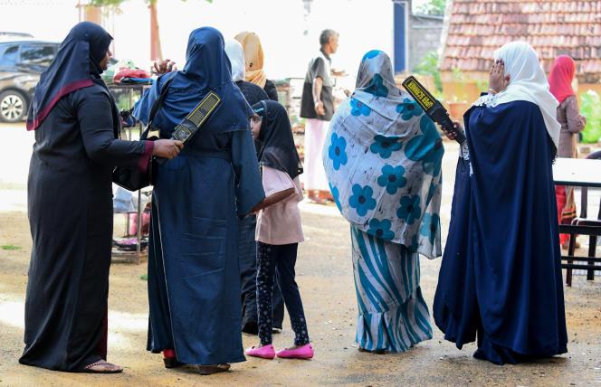 Des musulmanes sri-lankaises devant l'entrée de la Grande Mosquée, le premier jour de l'Aïd al-Fitr, à Colombo, le 5 juillet 2019.