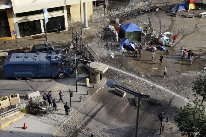 La police libanaise disperse une manifestation à coups de canon à eau à proximité du palais présidentiel, le 15 novembre 2019 à Beyrouth.
