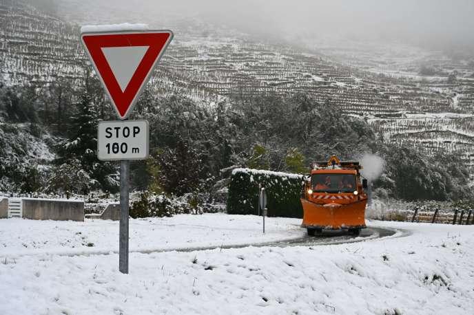 Une route enneigée près de Tournon-sur-Rhône (Ardèche), le 15novembre2019.